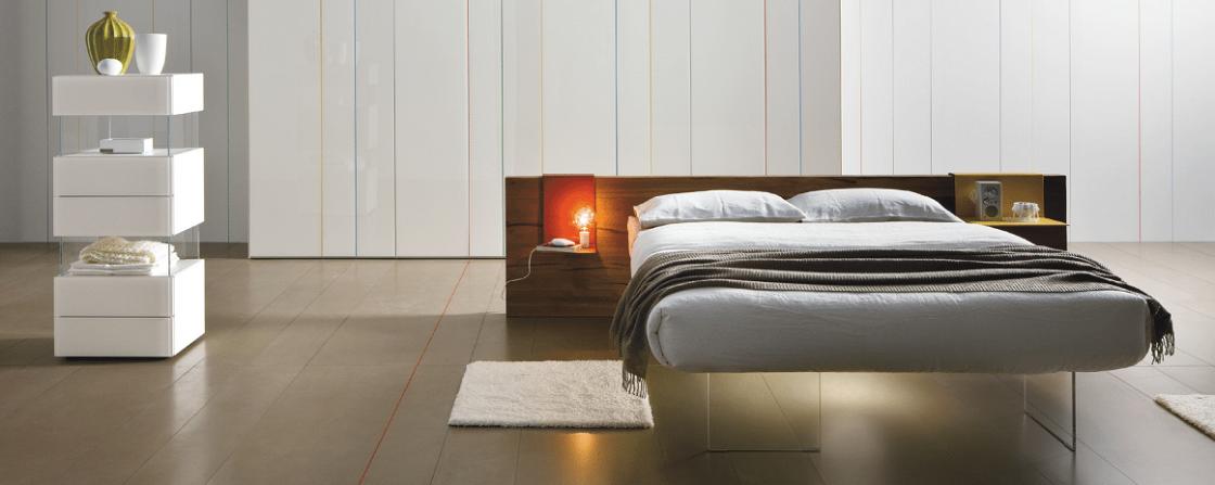 מיטות זוגיות: מיטה מרחפת Air עם ראש מיטה עשוי Wildwood