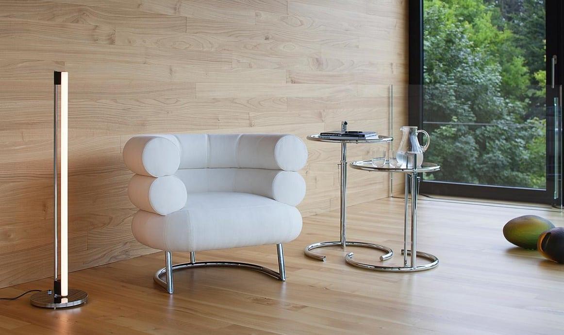 קלאסיקות, שולחנות צד: שולחן צד מזכוכית E1027 לצד כורסה ומנורה בעיצובה של אילין גריי