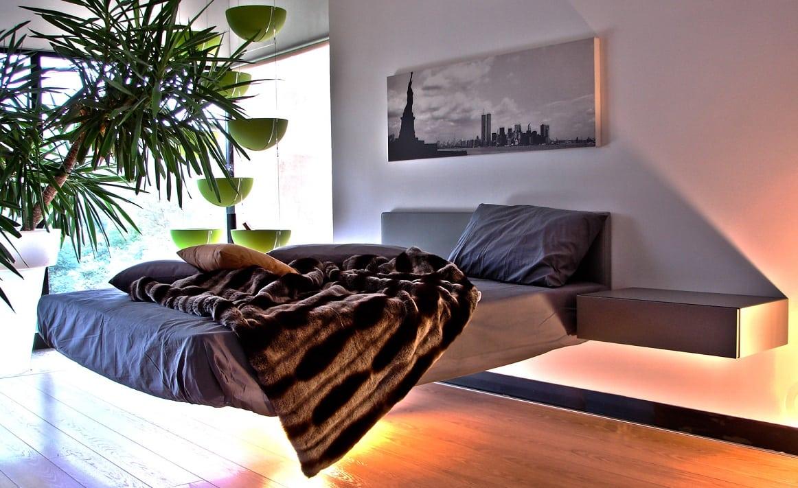 מיטות זוגיות: מיטה זוגית בעלת רגל אחת מרכזית Fluttua עם תאורת ניאון בחלק התחתון